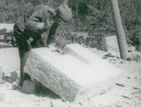 Kameník tvaruje výklenek vbloku pomocí dláta a mlátku.
