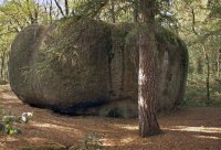 """Klepec– tento balvan se nazývá """"Fůra sena"""". Na horní ploše je řada skalních mís, znichž voda vytéká žlábky přes okraj kamene. Výška balvanu je 4m."""