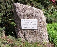Pamětní kámen uObecního úřadu vLouňovicích