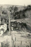 Duškův lom– na fotografii je vidět způsob dopravy kamene zlomu. Vozíkem od stěny khlavní koleji a po ní pomocí lan na povrch.