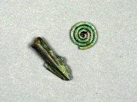Bronzové artefakty ze sídliště mladší doby bronzové– kultura lužická 11.–9. stol. př.n.l., šipka stulejkou a spirálkašperku
