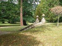 Volně přístupný zámecký park je vhodný pro příjemnou procházku a spočinutí ufontánky.